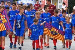 Novi-Sad078-setnja-gradom-dece-polaznika-Barseloninog-fudbalskog-kampa-foto-Nenad-Mihajlovic