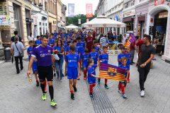 Novi-Sad081-setnja-gradom-dece-polaznika-Barseloninog-fudbalskog-kampa-foto-Nenad-Mihajlovic
