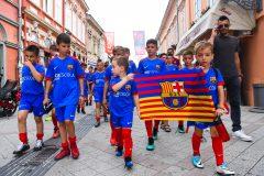 Novi-Sad083-setnja-gradom-dece-polaznika-Barseloninog-fudbalskog-kampa-foto-Nenad-Mihajlovic