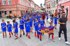 Novi-Sad084-setnja-gradom-dece-polaznika-Barseloninog-fudbalskog-kampa-foto-Nenad-Mihajlovic