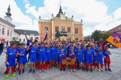 Novi-Sad086-setnja-gradom-dece-polaznika-Barseloninog-fudbalskog-kampa-foto-Nenad-Mihajlovic