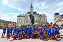 Novi-Sad095-setnja-gradom-dece-polaznika-Barseloninog-fudbalskog-kampa-foto-Nenad-Mihajlovic