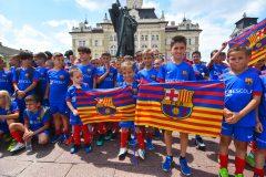 Novi-Sad096-setnja-gradom-dece-polaznika-Barseloninog-fudbalskog-kampa-foto-Nenad-Mihajlovic